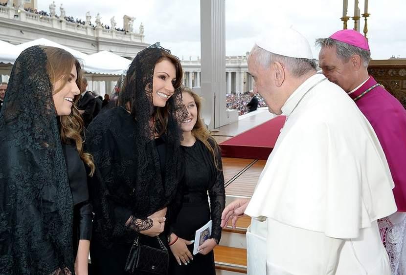 Angélica Rivera y su disco para el Papa. Siempre la misma canción