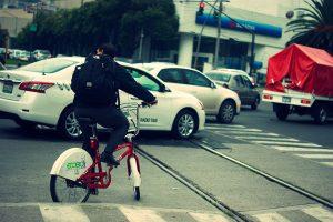 Bajarse del carro y subirse a la bici